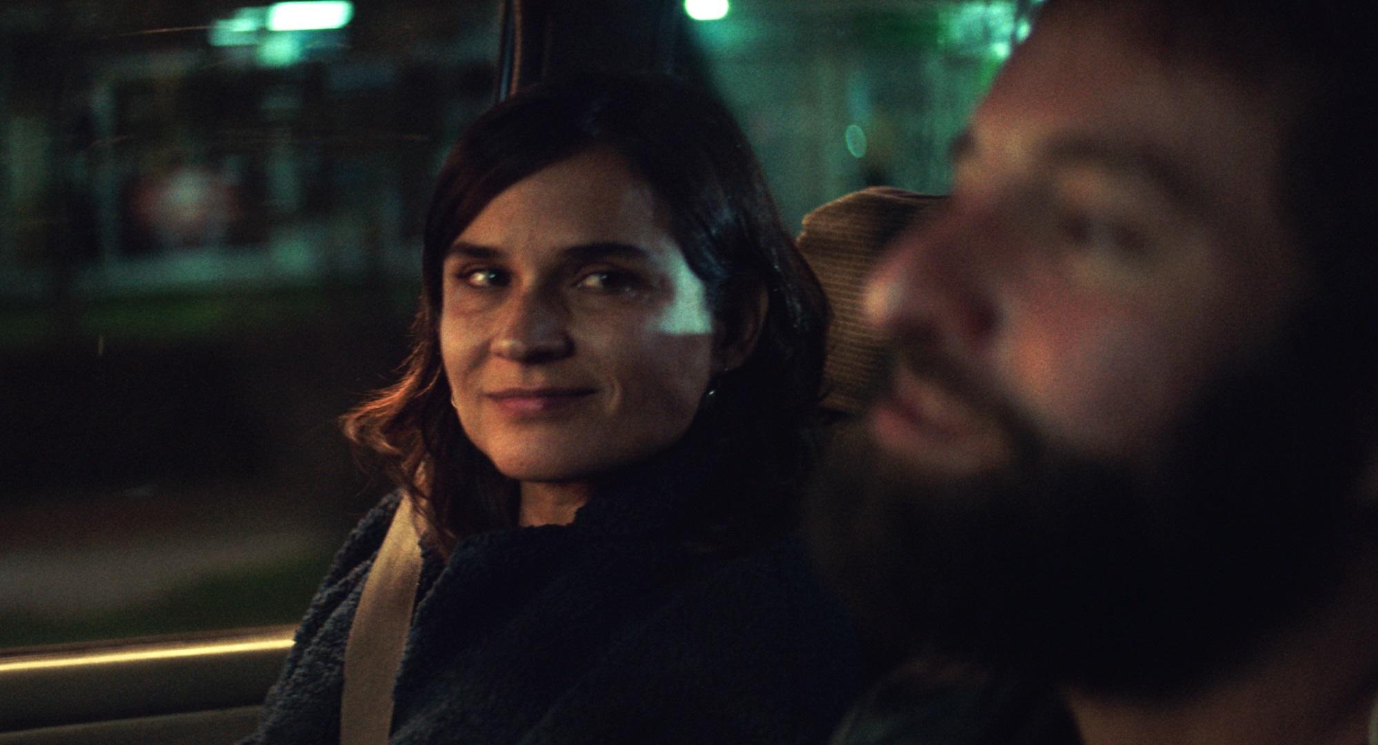 Carolina Sanín in a car scene in the film Litigante.